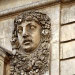 Symbolik IV Warum allegorische Figuren meistens so düster blicken müssen, wissen selbst die Götter nicht, die durch sie dargestellt sind. An der Oper Lyon.