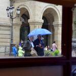 Immer mehr Bürger sieht man sich unter den Rettungsschirm, den europäischen, verkriechen. Hier in Luxemburg laufen sie offen auf der Straße rum. Ehepaar ohne Rentenansprüche unter dem Geldregenschirm