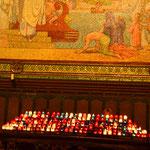 Opferlichter nützen zwar nichts, sehen aber hübsch aus. Kircheninneres.