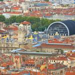 Orientierung Es erfreut bei solchen Anblicken, dass man bekannte und markante Gebäude als optische Landmarken wiedererkennt. Rathaus und Oper von Lyon.