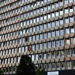 Gesichtsloser Bürokratismus in einer geschichtsträchtigen Stadt. So empfängt uns das eigentlich schöne alte Luxemburg als Herz und Zentrums Europas: Mit einer Schweizerfahne. Irgendein seelenloses Bürohaus, für dessen Entwurf der Architekt bestraft gehört