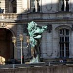 Symbolik Wohin man auch schaut: irgendein symbolträchtiges Motiv steht immer optisch im Wege. Vor dem Rathaus Lyon.