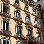 Gründerzeitfassade Ob Paris, Berlin, Wien –  viele Häuser europäischer Städte wurden so Mitte bis Ende des 18. und um die Jahrhundertwende 1900 so gebaut. Rue Puits Gaillot.