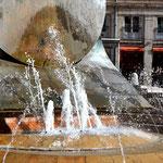 """Element Wasser Lyon verdankt seine Gründung der strategisch günstigen Lage am Zusammenfluss von Saone und Rhone. Brunnen als """"lebendiges Wasser"""" findet man etliche in der Stadt. Sicherlich von großen Künstlern gestaltet. Aber deshalb nicht unbedingt schön"""