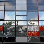 """Moderne oder lieblose Architektur? Uns empfängt gleich an der Tramhaltestelle vor dem Schiffskai ein buntes Gemisch alter und neuerer Gebäude. Ob sie """"schön"""" sind –  ??? mmmmhhhhh !!!. am Quai Claude Bernard"""