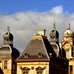 Goldene Zeiten Der französische Staat kann nicht anders. Er mag sich permanent als Glanz und Gloria darstellen. Rathaus Lyon.