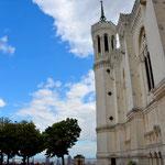 Kirchen als Burgen Zuweilen mutet es seltsam an, wenn Orte der Verkündung des Friedens rein optisch genau so wirken wie Bauwerke für den Krieg. Die Basilika von Lyon