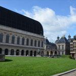 """Halb alt, halb neu. Symbol für ganz Lyon: das Neuzeitliche ist mit dem Traditionellen aufs engste verknüpft. Alte Oper, neues Dach. Abermals: ist das """"schön""""? Ja und nein. Der Zwiespalt bleibt. Oper Lyon"""