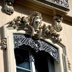 Schönes Detail. Damals war noch Geld vorhanden für die Ausschmückung der Details. Rue Puits Gaillot.