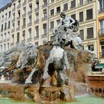 Vom Erbauer der Freiheitsstatue in New York stammt dieser Lyoner Brunnen, nämlich von Frédéric-Auguste Bartholdi. Place de Terreaux.