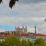 Nicht schön, ... aber weithin sichtbar, das Panorama dominierend: Cathédrale Saint-Jean-Baptiste