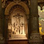Christliches Manifest Das Kreuz als Symbol der Auferstehung als Mittelpunkt des Glaubens. Altarnische