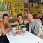 Sabrina, Lea und Tinu in unserer lieblings Strassenküche