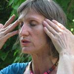 Do-in, exercice d'acupression sur la tête par :le lissage du visage, des tempes et du front (soulage les migraines par détente du muscle temporal) et lissage du cou appelé fenêtre du ciel  en médecine chinoise,