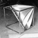 """Urauffführung der """"Erdenklang""""-Sinfonie 1982 an der Ars Electronica in Linz, mit Bruno Spoerri an zwei Metal-Sound-Skulpturen"""