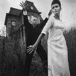 Alfred Hitchcock posant pour une photo de mode avec Ina, 1962