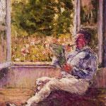 Hombre sentado junto a una ventana
