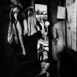 Dans les coulisses du Concert Mayol, pendant les dernières représentations du spectacle -Erotic aux Nues-, le 7 juillet 1979.
