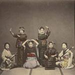 Jonkina danse. Trois danseuses et trois musiciennes entre 1875 et 1880