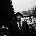Moments de liberté du saxophoniste Archie Shepp, dans le quartier de de Barbès, à Paris, novembre 1983