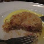 Dessert (crumble aux pommes je crois), servi avec de la crème anglaise (custard). Hummm...