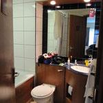 La salle de bains, avec plein de serviettes ...