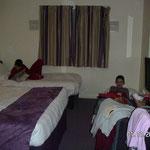 Un grand lit et deux lits pour les enfants.