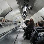 """""""A smart Londoner"""" se tient à droite dans les escaliers."""