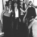 """unser amerikanischer gitarrist bernie ayling kehrte zurück in die staaten; für ihn kam der keyboarder """"jupp"""" wilhelm(auf dem foto hinter nelly)"""