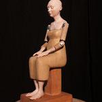 Mujer meditando P/A, resina policromada y madera, altura 30 cm.