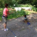 Ingrid und Dian beim Hundekuchen fangen.