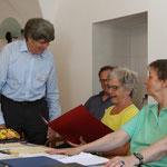 Der Präsident Stefan Hausherr ehrt das abtretende Vorstandsmitglied Marianne Kalt