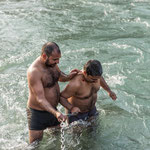 Les pèlerins doivent tenir fermement les chaînes pour affronter les eaux tumultueuses du Gange