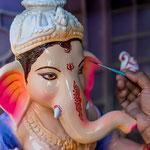 A la fin du processus, les artisans peignent les statues avec une multitude de couleurs