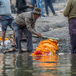 Arrivé au bord du Gange, le corps va être immergé dans le fleuve pour être purifié
