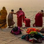 Au petit matin, ablutions d'un groupe de femmes dans leurs tenues colorées