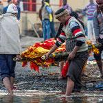 Le cadavre est attaché sur un brancard en bambou et transporté par quatre personnes