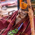 L'allégeance des sādhu à Shiva ou à Vishnou se reconnaît par les marques traditionnelles qu'ils peignent sur leur front