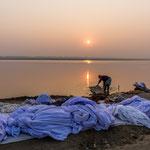 A Bénarès les hommes comme les femmes font la lessive sur les rives du fleuve