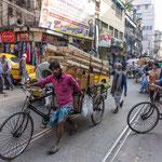 Vélos, tricycles et charrettes à bras congestionnent la ville de Calcutta