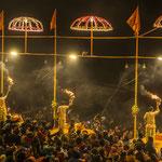 Chaque soir sur les ghâts se déroule la cérémonie du feu où des prêtres officient en hommage au Gange