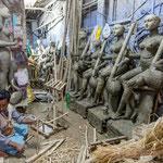 Les potiers de Kumartuli reproduisent par milliers avec la boue du Gange la figure de la déesse Saraswati