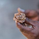 Cette rose est prête pour être placée sur une statue