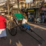 Un peu de repos en fin de journée pour ce conducteur de rickshaw