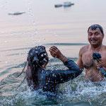 Le rite du bain est très précis : ce couple va s'immerger trois fois dans le Gange