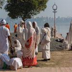 Lors de la Puja, fête traditionnelle hindoue, les statues des divinités seront escortées jusqu'au fleuve et elles y seront immergées