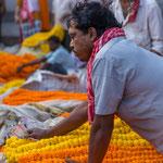 Chaque jour, on vend des tonnes de fleurs fraîches qu'on expédie ensuite aux 4 coins de l'Inde