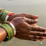 Mains jointes pour la prière au Gange