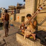 Homme à la sitar sur les ghâts