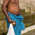 L'homme descend le ghât pour faire ses ablutions dans le Gange
